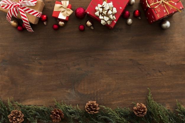 Weihnachtsgeschenkkästen mit kleinen kugeln