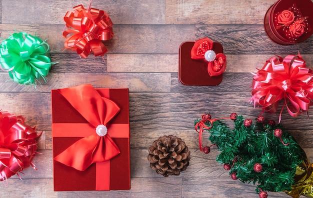 Weihnachtsgeschenkkästen und auf hölzernem hintergrund.
