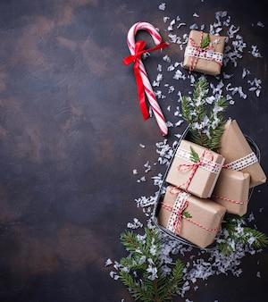 Weihnachtsgeschenkkästen und zuckerstange.