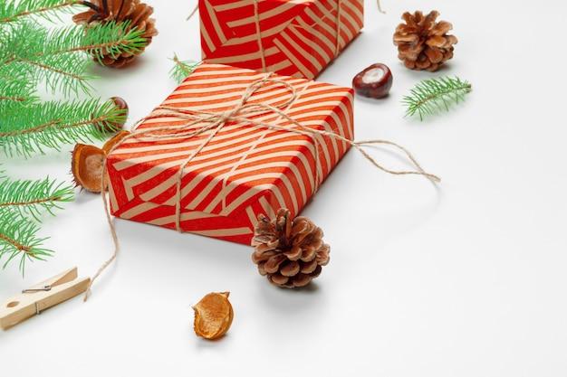 Weihnachtsgeschenkkästen verziert mit kegel