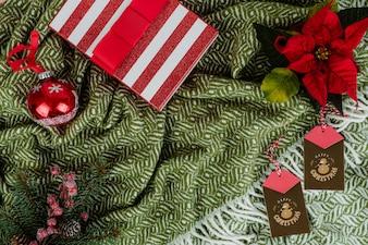 Weihnachtsgeschenkkasten und dekorative Ornamente