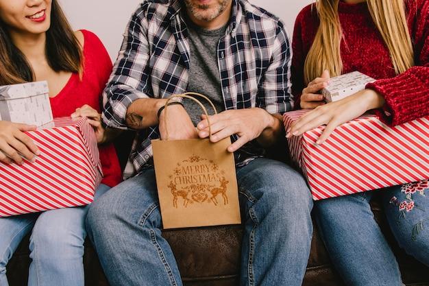 Weihnachtsgeschenkkonzept mit dem mann, der in der tasche erreicht