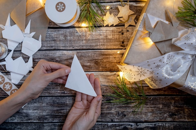 Weihnachtsgeschenkte geschenkbox mit origami-papierstier. symbol 2021. anleitung schritt für schritt. flache lage, draufsicht