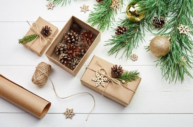 Weihnachtsgeschenkverpackung und -dekoration mit festlichen kiefernzweigen