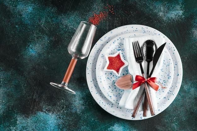 Weihnachtsgeschirr-anordnung auf dem tisch