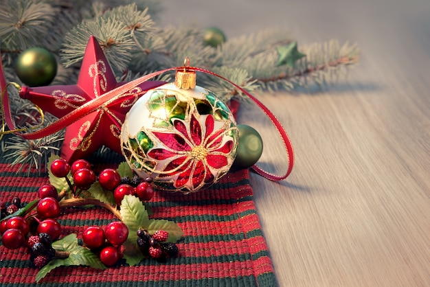 Weihnachtsgesteck in rot und grün auf holztisch,