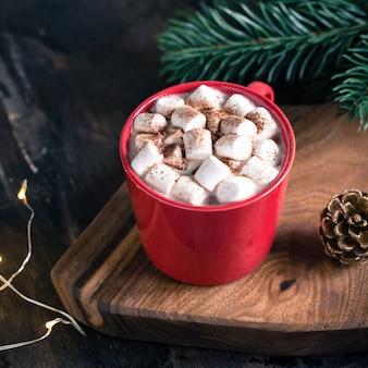 Weihnachtsgetränk, heiße schokolade oder kakao, marshmallow und tannenzweig