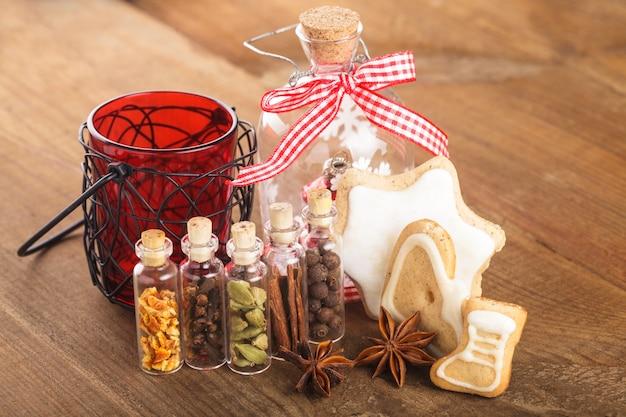 Weihnachtsgewürze für glühwein- oder ingwerplätzchen in kleinen deko-flaschen