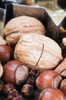Weihnachtsgewürze, nüsse und früchte
