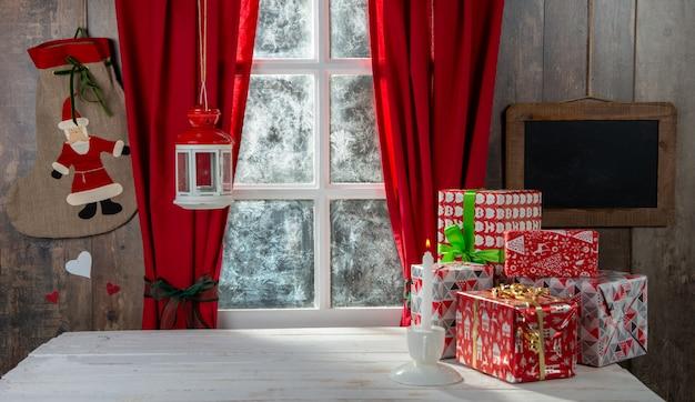 Weihnachtsgifs auf dem tisch, nahe rustikalem fenster