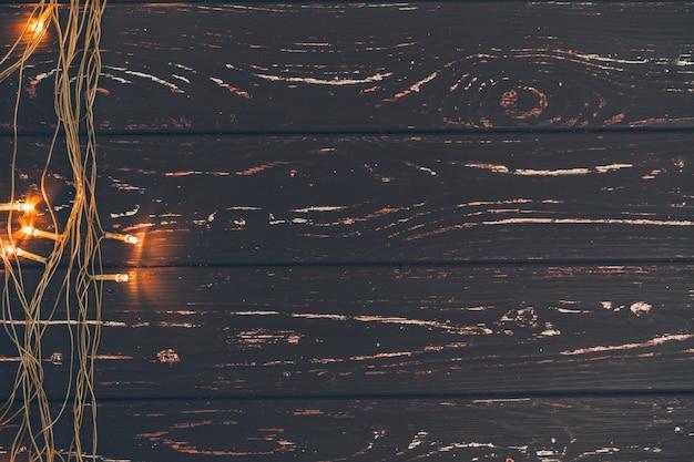 Weihnachtsgirlande auf hölzernem hintergrund mit kopienraum