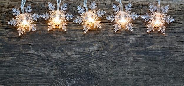 Weihnachtsgirlande lichter grenze auf alten holztisch winter festliche dekoration mit kopie raum