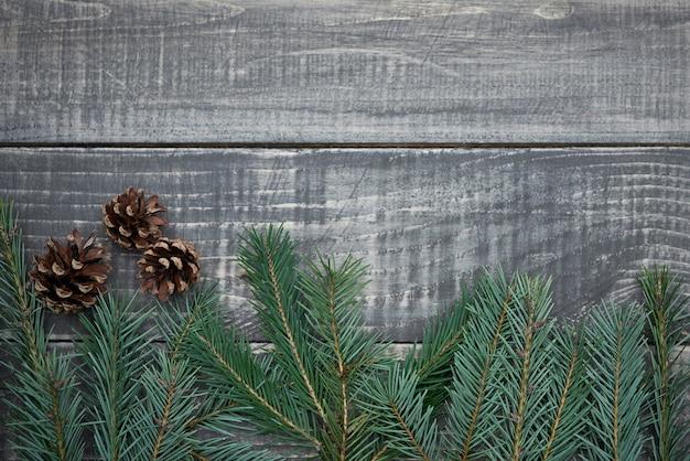 Weihnachtsgirlande mit zapfen auf holz