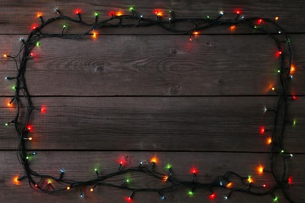 Weihnachtsgirlandenlichter auf grauem hintergrund, kopienraum