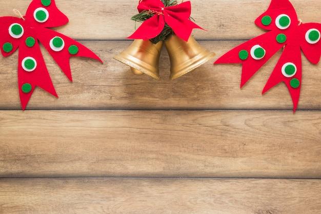Weihnachtsglocken in der nähe von dekorativen bögen