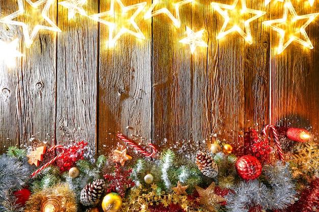 Weihnachtsglühende sterne und geschneite tanne