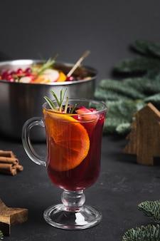 Weihnachtsglühwein im glas rosmarinzweig garnieren