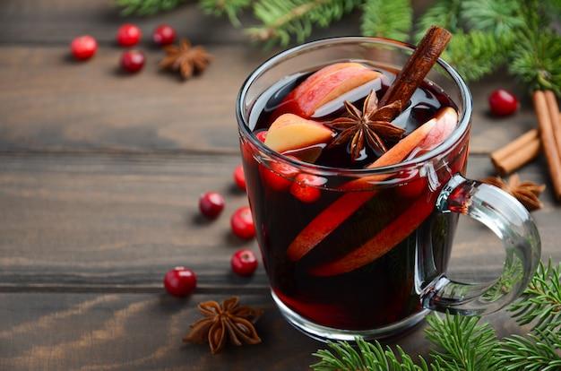 Weihnachtsglühwein mit apfel und cranberries. feiertagskonzept.