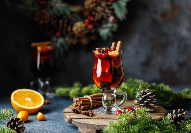 Weihnachtsglühwein mit gewürzen, preiselbeeren und früchten