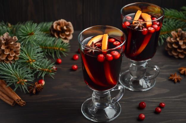 Weihnachtsglühwein mit orange und cranberries. ferienkonzept.