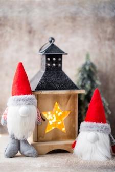 Weihnachtsgnom und weihnachtsmütze
