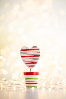 Weihnachtsgoldbokehhintergrund mit dekorativem stern. weihnachtsgoldsterne. weihnachtsmuster. hintergrund auf der grauen farbe. - bild