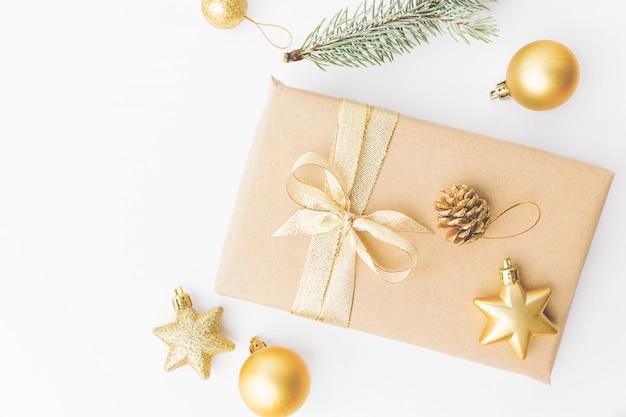 Weihnachtsgoldene dekoration auf weiß