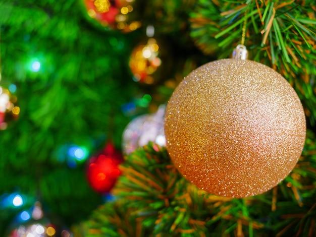 Weihnachtsgoldene luftblasenbälle auf kiefer