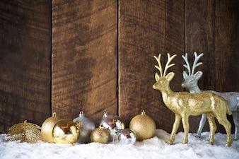 Weihnachtsgoldsilberne Ball- und Rendekoration mit hölzernem Hintergrund