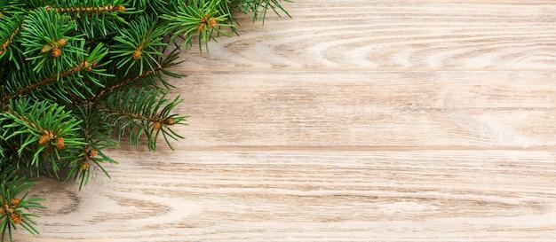 Weihnachtsgrauer hölzerner hintergrund mit tannenbaum und kopienraum. draufsicht leeren raum