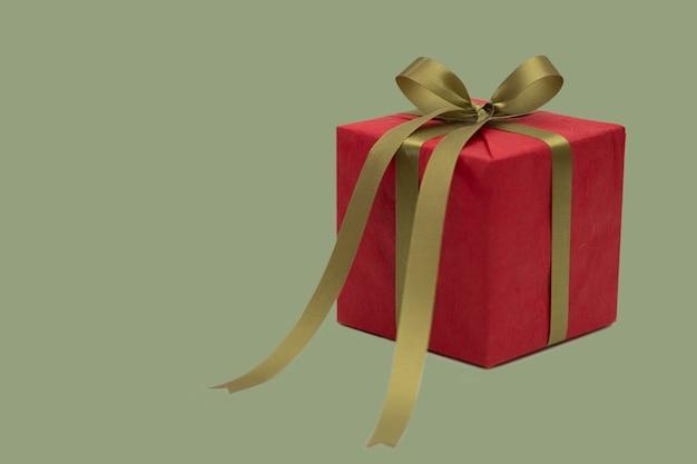 Weihnachtsgren und rote geschenkbox lokalisiert auf weißem hintergrund