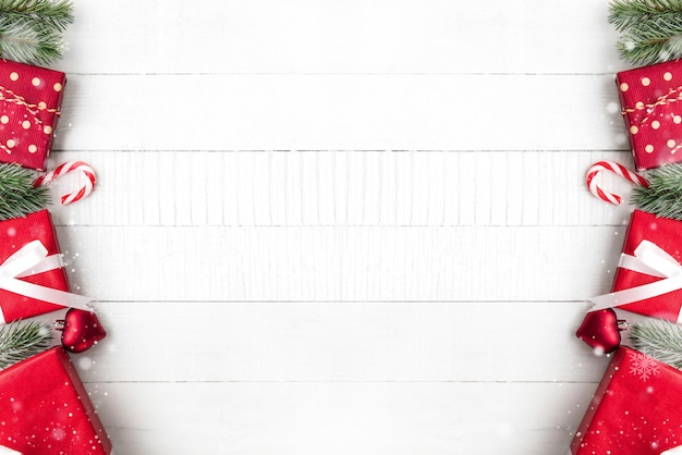 Weihnachtsgrenzdesign auf der weißen hölzernen tabelle