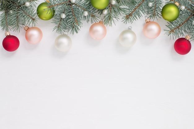 Weihnachtsgrenze, kugeln, perlen, grüne äste auf weißem hintergrund, kopie cpace.