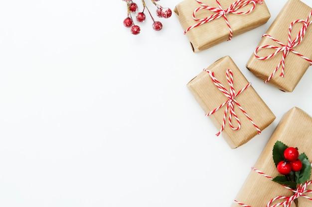 Weihnachtsgrenze mit den geschenkboxen lokalisiert. kopieren sie platz.