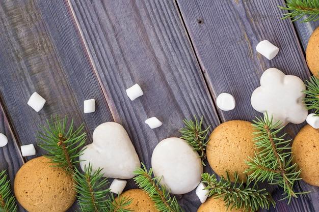 Weihnachtsgrenze mit lebkuchen, eibisch und tannenzweig.
