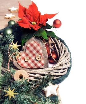 Weihnachtsgrenze mit poinsettia- und winterdekorationen