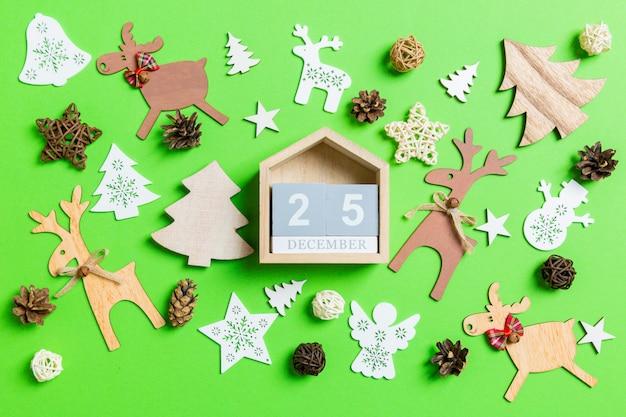 Weihnachtsgrün mit feiertagsspielwaren und -dekorationen.