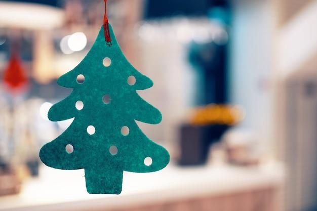 Weihnachtsgrüner filzbaum mit geschnitzten kreisen konzept der neujahrsferien heiligabend tradition f ...