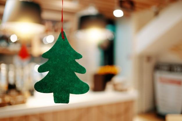 Weihnachtsgrünes filzbaumkonzept der neujahrsferien heiligabend tradition tannenbaum auf hinterg...
