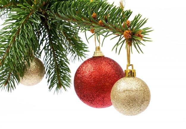 Weihnachtsgruß lokalisierter baum mit bällen und verzierung auf weiß