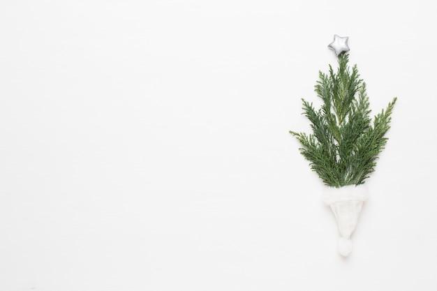 Weihnachtsgrußkarte. dekoration auf weißem hintergrund aus holz. konzept des neuen jahres. platz kopieren. flach liegen. ansicht von oben.