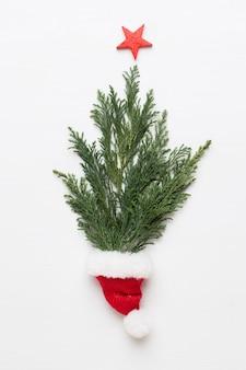 Weihnachtsgrußkarte. dekoration auf weißem hölzernem hintergrund