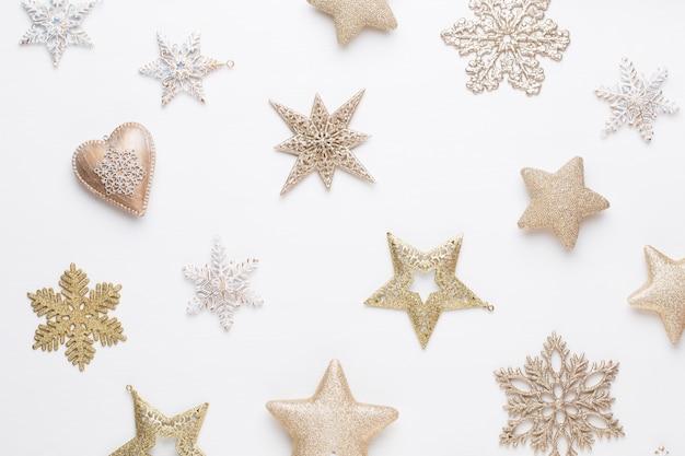 Weihnachtsgrußkarte. dekoration auf weißem hölzernem hintergrund.