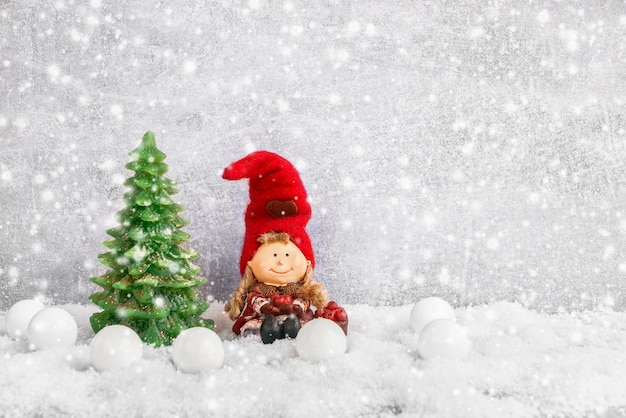 Weihnachtsgrußkarte. dekorativer weihnachtstannenbaum und -gnom im schnee. copyspace