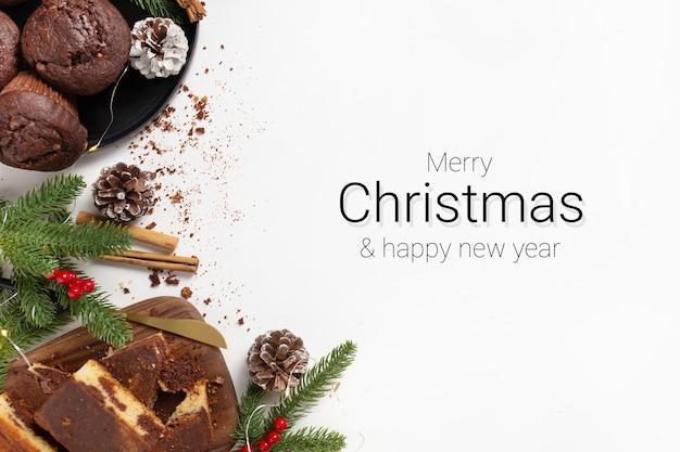 Weihnachtsgrußkarte dekoriert mit desserts auf weißem hintergrund
