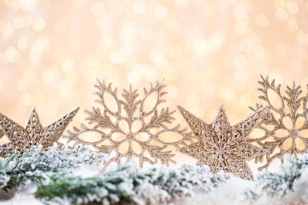 Weihnachtsgrußkarte. festliche dekoration auf gold bokeh hintergrund. neujahrskonzept. speicherplatz kopieren. flach liegen. draufsicht.