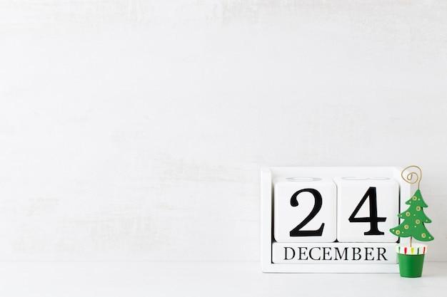Weihnachtsgrußkarte. festliche dekoration auf grauem hintergrund. neujahrskonzept. flach liegen. draufsicht.