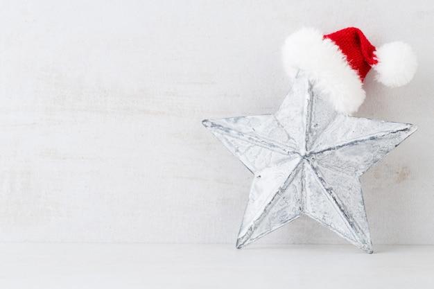 Weihnachtsgrußkarte. festliche dekoration auf grauem hintergrund. neujahrskonzept. speicherplatz kopieren. flach liegen. draufsicht.