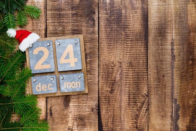Weihnachtsgrußkarte. festliche dekoration auf hölzernem hintergrund. flach liegen. draufsicht.
