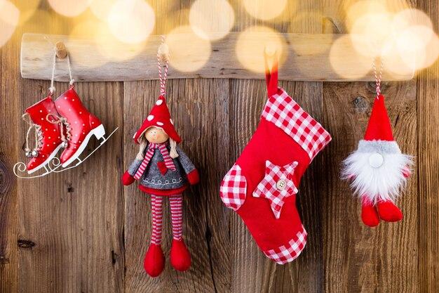 Weihnachtsgrußkarte. festliche dekoration auf hölzernem hintergrund. neujahrskonzept. speicherplatz kopieren. flach liegen. draufsicht. Premium Fotos